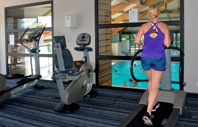Salle de gym équipée