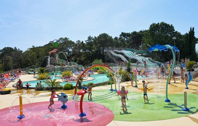Les enfants aiment le parc aqualudique