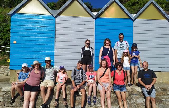 Groupe devant les cabanes de la grande plage
